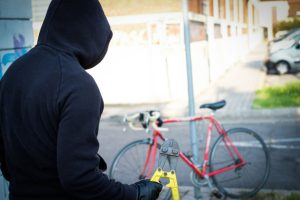 Voleur se dirigeant vers la bicyclette