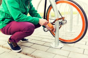 Un vélo attaché à un poteau par un U pliant