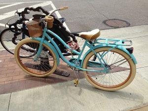 Vélo arrêté dans la rue