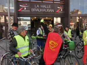 Le collectif des Cyclomotivés devant les halles Brauhauban
