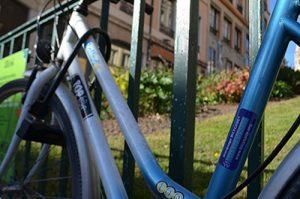Focus sur un vélo attaché par un antivol U