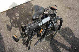 Un vélo pliant équipé d'un antivol pliant