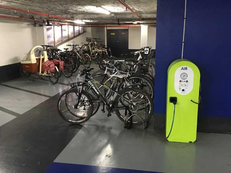 Emplacements vélos dans le parking des Rives de l'Orne