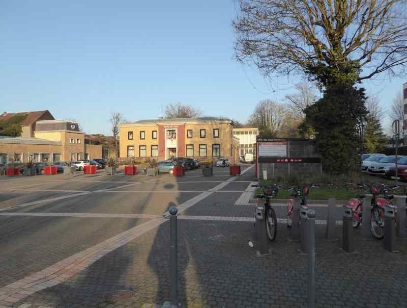 Un abri vélo sécurisé à côté d'une station de vélos en libre service V'Lille