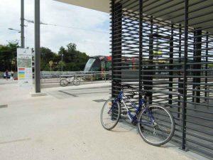 Des vélos sont laissés à l'extérieur des Véloparcs