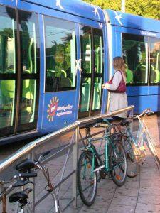Les vélos sont attachés un peu partout en centre-ville