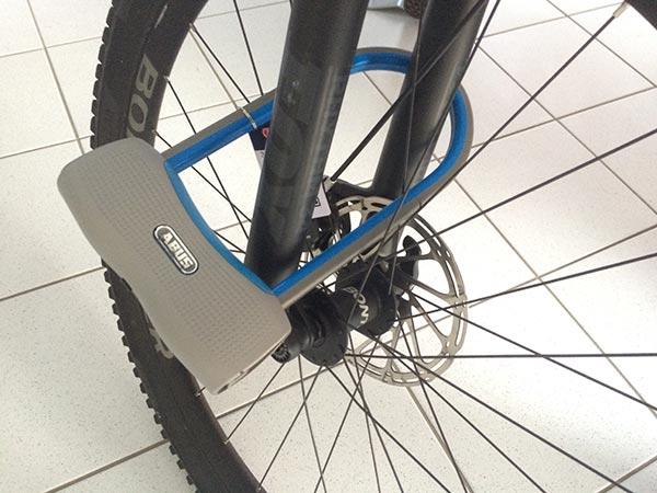 Le Abus 770A SmartX attaché à une roue de vélo
