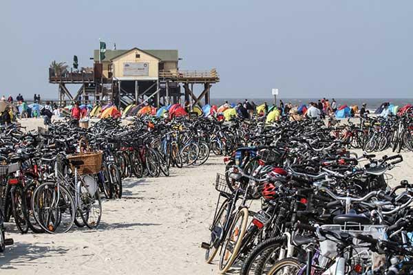 Parking vélo sur la plage de Sankt Peter-Ording en Allemagne